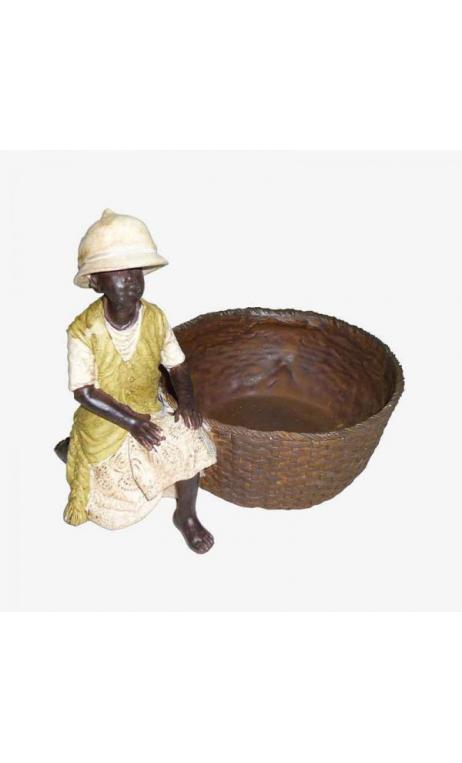 Niño africano con cesto grande