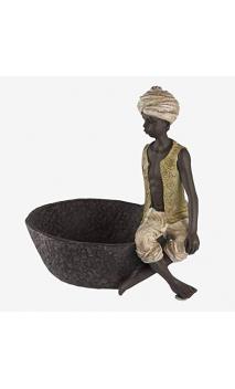 Niño sentado con cesto grande